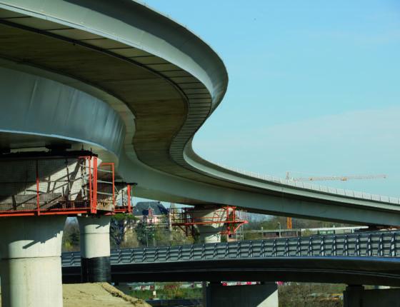 Pont mixte sur le Chemin du Palays a Toulouse en 2005 Longueur 379.67m travure 45.382 - 51.309 - 51.029 - 51.097 - 49.078 - 49.078 - 47.060 - 34.430m largeur chaussee 7.56m poids ossature metallique 1500T pont mixte a caisson metallique trapezoidale