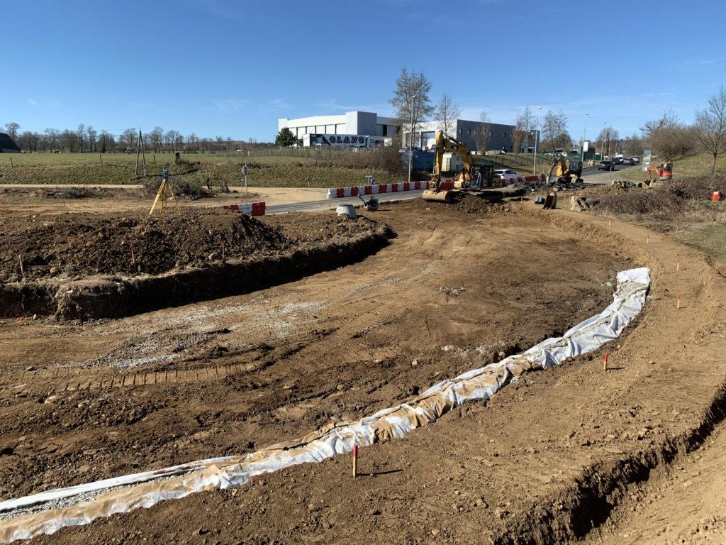 Les principales quantites du chantier : 90 000 m3 de materiaux extraits ; Mise en remblai : 60 000 m3 ; 2 bassins d'assainissement ; 1 mur de soutenement de 6 m de haut et de 120 m de long ; Grave non traite pour chaussee : 23 000 t ; Grave bitume + beton bitumineux : 3 000 t. Dans le cadre du contournement d'Aurillac Matiere? se trouve actuellement a la sortie d'Aurillac pour la construction du giratoire du Garric. La construction du giratoire oblige la fermeture definitive du  chemin du Bousquet. Dans les prochaines semaines nos equipes terrassement attaqueront les travaux  concernant la construction du giratoire de la Poudriere et la section courante. Ces 2 giratoires font partis du trace neuf du contournement d'Aurillac avec le giratoire de Tronquieres qui a deja ete realise dans un autre marche pour acceder a l'aeroport. Le trace Garric-Poudriere a pour but de permettre la liaison entre la RD920 et la deviation de Sansac. La mise en service du trace neuf est prevue pour fin 2019 / debut 2020.